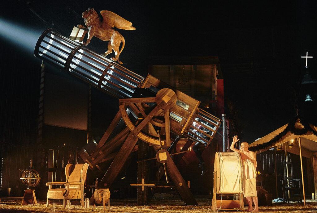 Berliner Ensemble - Galileo Galilei. Foto: Matthias Horn